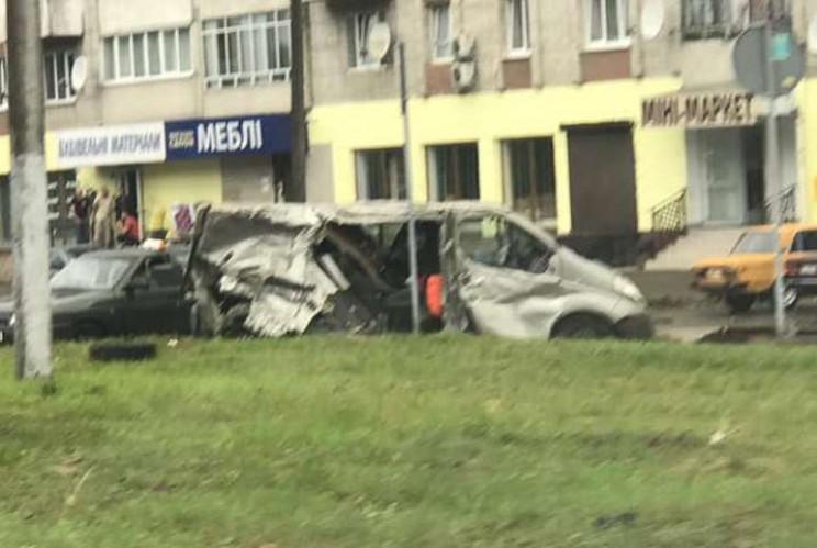У Львові вантажівка розчавила мікроавтоб…
