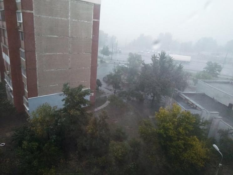 Поломанные деревья и затопленные улицы:…