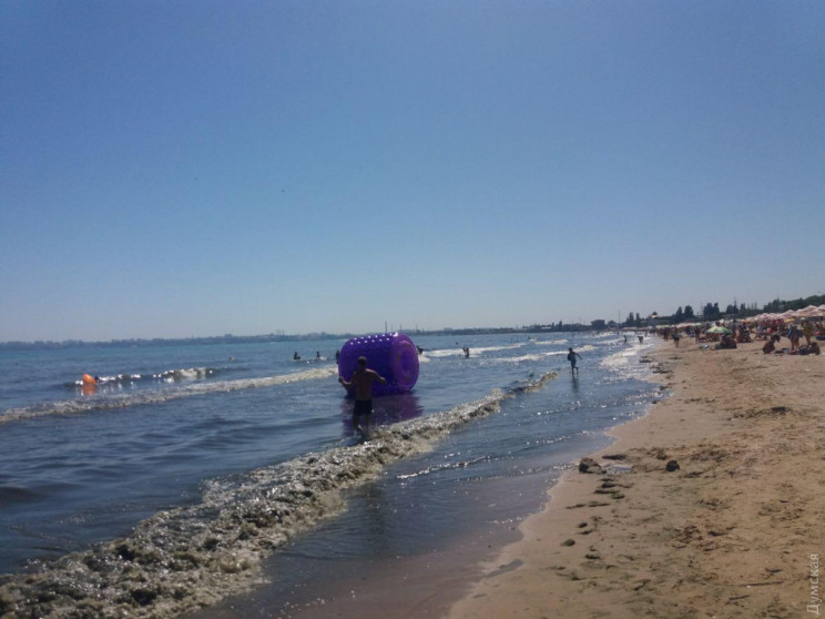 На одному з найбільших пляжів Одеси стої…