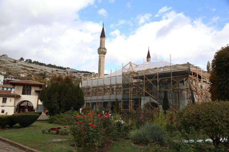 Окупанти під прикриттям реставрації знищ…