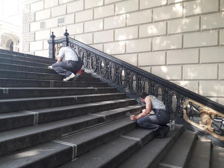 На сходах біля одеського Оперного театру…