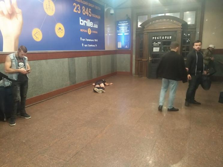 В яких позах сплять на вокзалі у Львові…