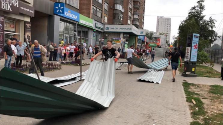 У Харкові обурені громадяни знесли парка…