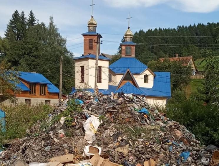 На Рахівщині селяни влаштували сміттєзвалище біля церкви