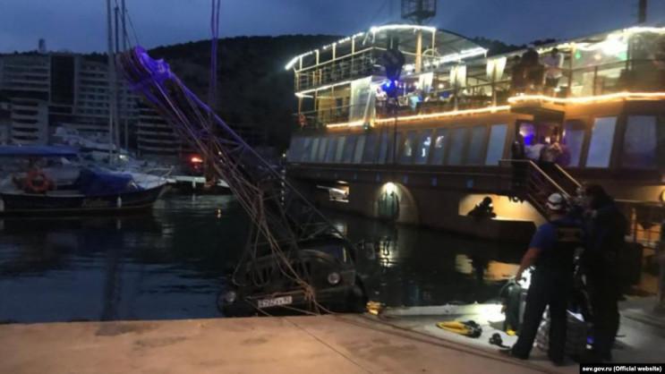 На набережной Балаклавы грузовик упал в…