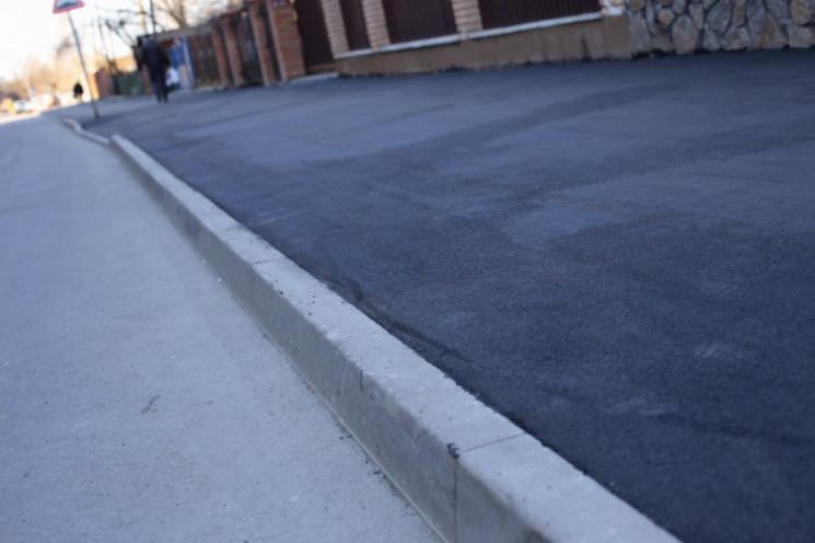 Вінничани намагаються випросити тротуар…