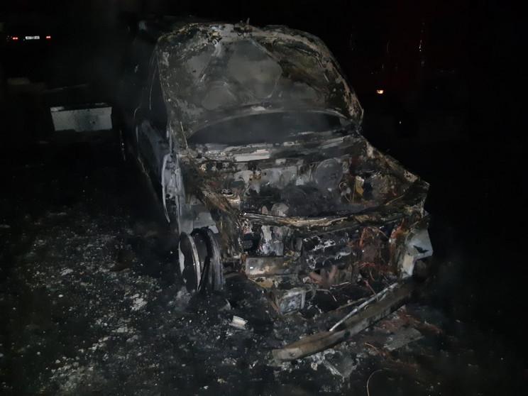 У Запоріжжі вщент згоріли дві автівки…
