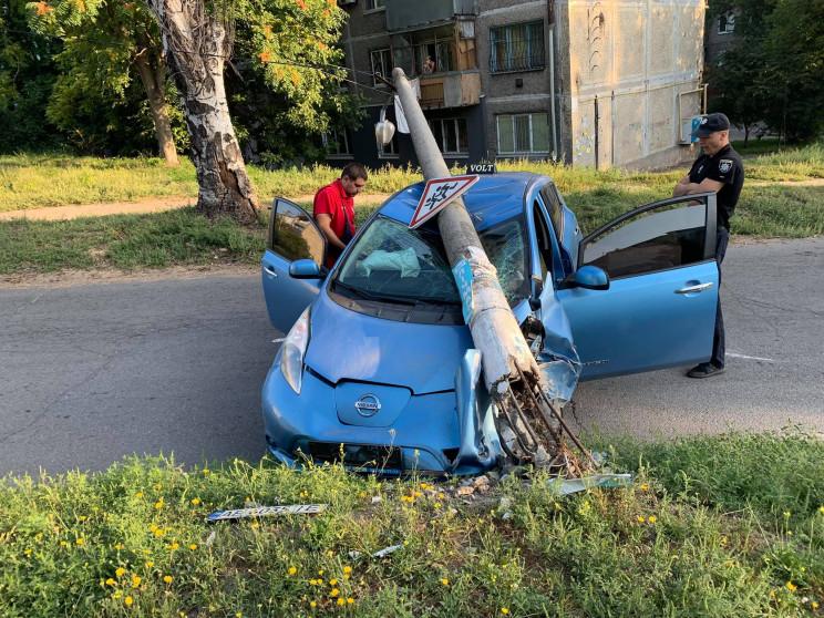 """У Кам'янському автівка врізалася у """"пере…"""
