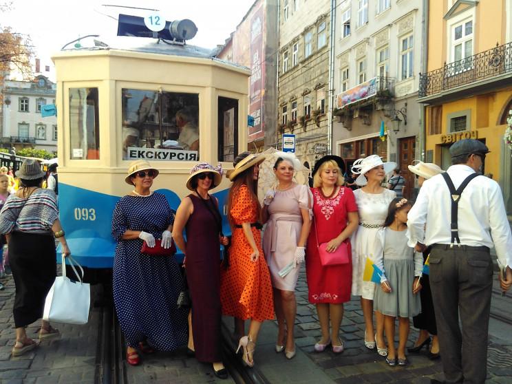 У центр Львова приїхав старовинний трамв…