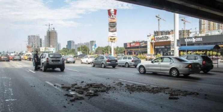 У Києві обвалилася частина мосту на Осок…