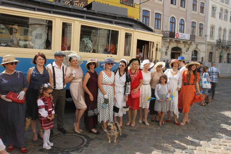 Як у Львові ретро-жінки подорожували на…
