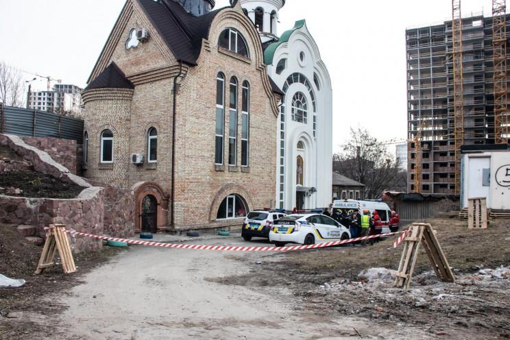Біля церкви в Києві знайшли закривавлене…