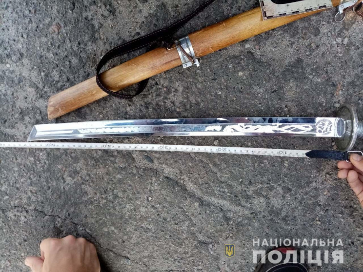 На Харківщині п'яний чоловік з мечем нап…