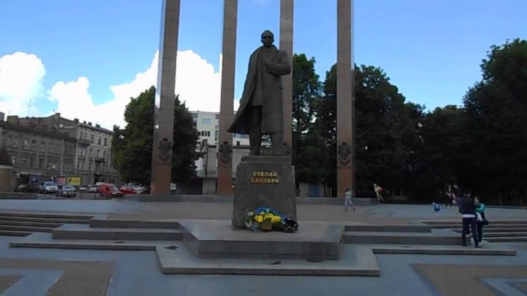 Во Львове надругались над памятником Сте…