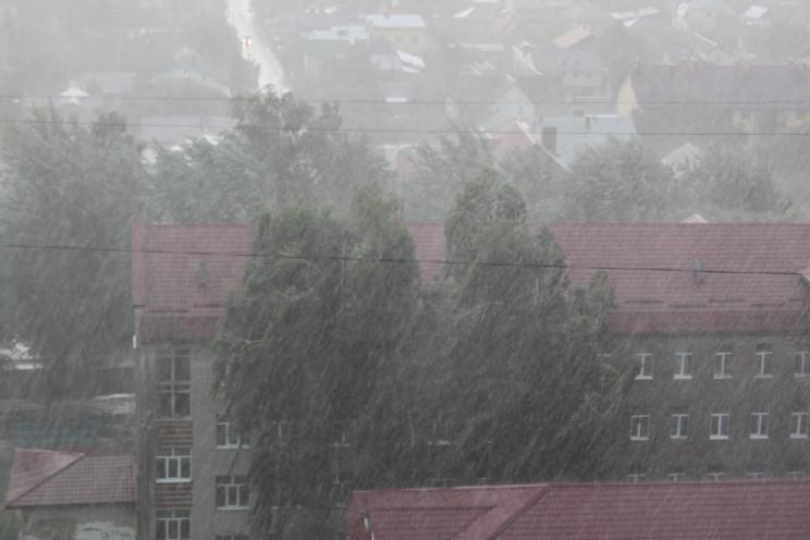У Львові розпочалися буря, злива і гроза…