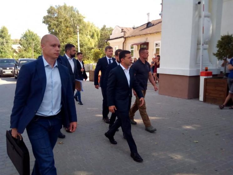 Встретили аплодисментами: Владимир Зелен…