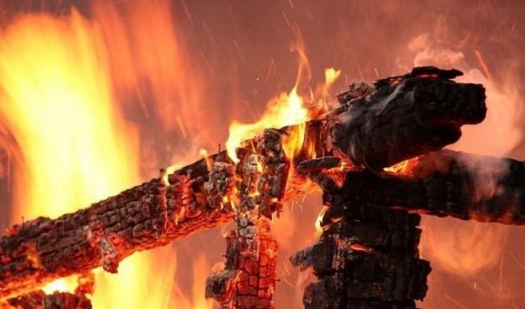 На Старокостянтинівщині загорілася літня…
