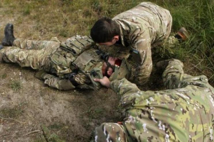 У боях на Донбасі бойовики поранили і тр…