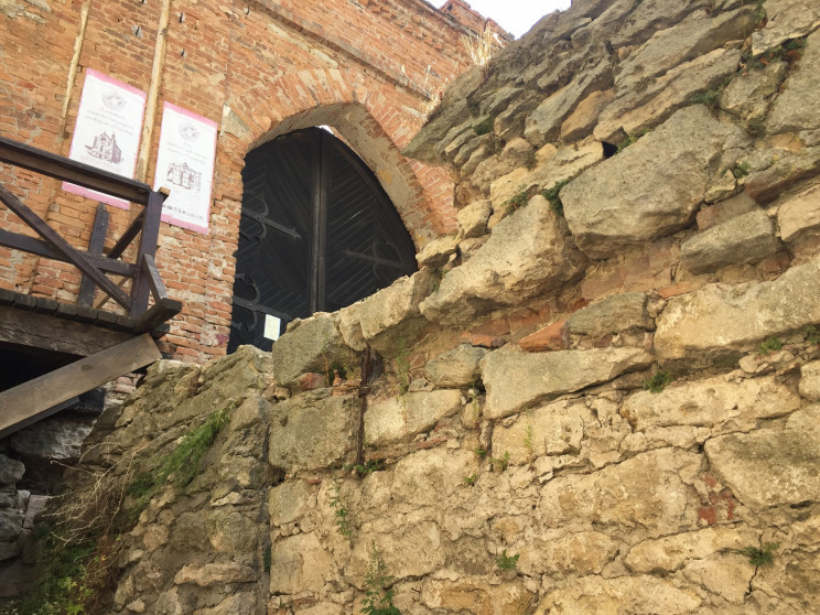 Въезд в Меджибожскую крепость реконструи…