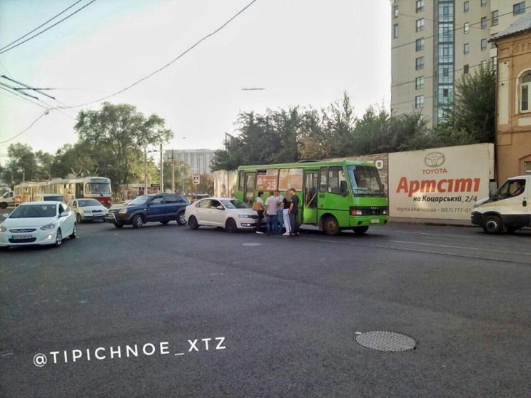 У центрі Харкова сталася аварія за участ…