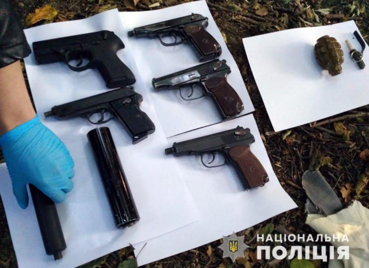 У Житомирі знайшли схованку зброї нападн…