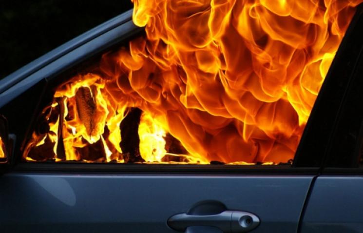 У Мукачеві на стоянці горіла елітна Audi…