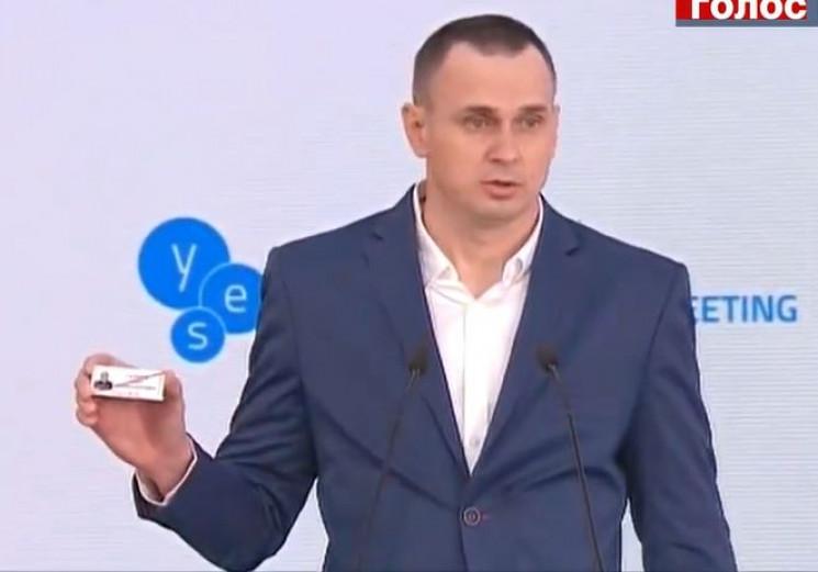 Сенцов показав свій тюремний значок…