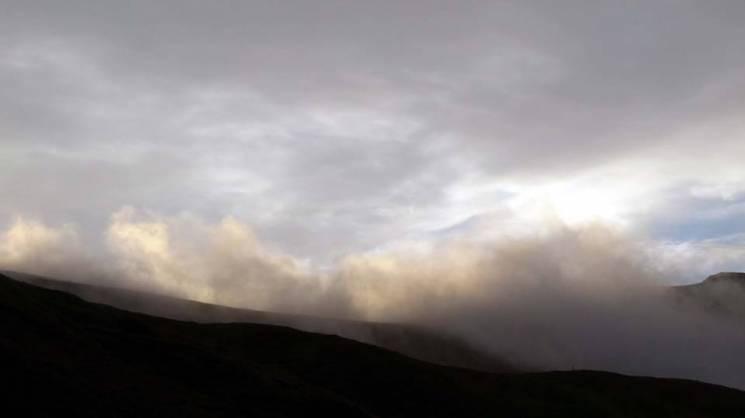 Осінь у горах: Як чіпляються хмари за на…
