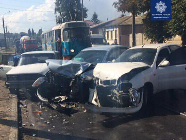В Харькове три авто не поделили дорогу:…