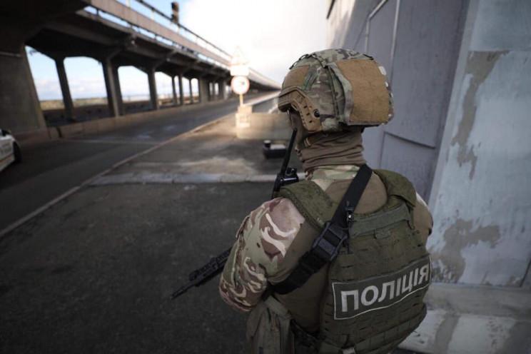 Террорист на мосту Метро требует прекрат…