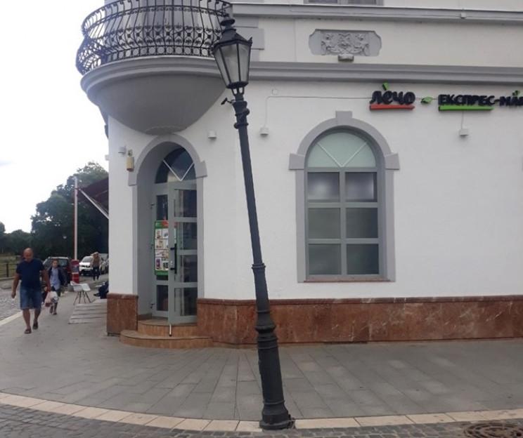 В Ужгороде вандал повредил новый фонарь…