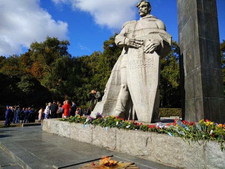 Полтавчане почтили память воинов, освобо…