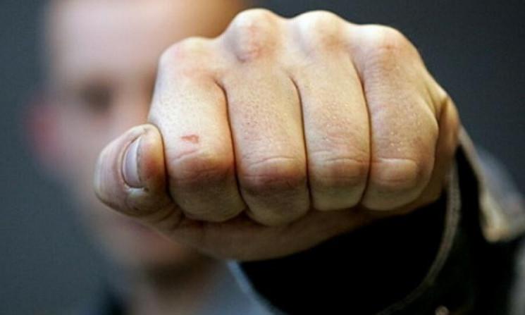 На Ужгородщині місцеві жителі побили дво…