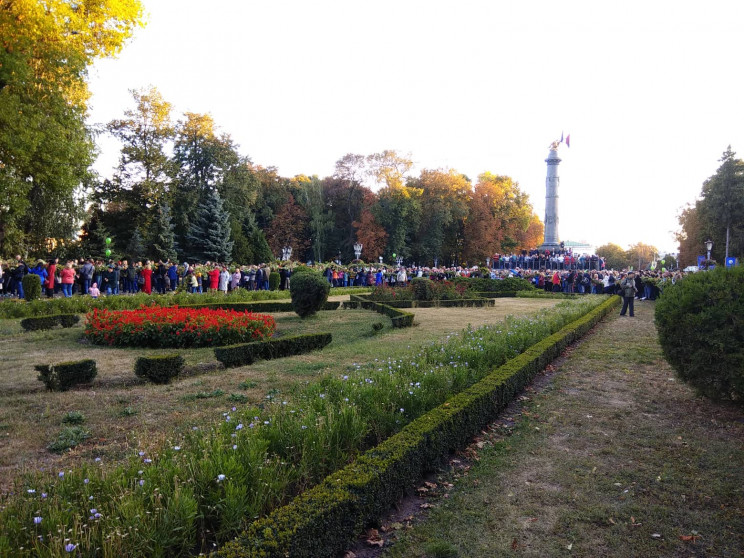 Полтавці сплели найдовший в Україні віно…