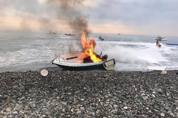 В Сочи загорелся прогулочный катер…