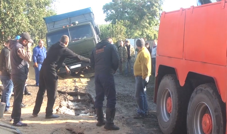У Миколаєві у провалля впали три вантажі…