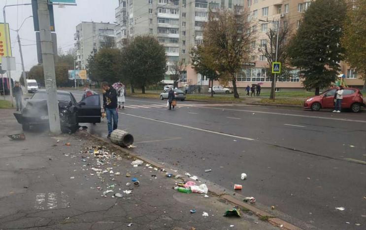 У Львові автомобіль протаранив стовп і с…