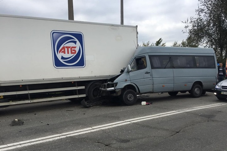 У Запоріжжі вантажівка зіткнулась з марш…