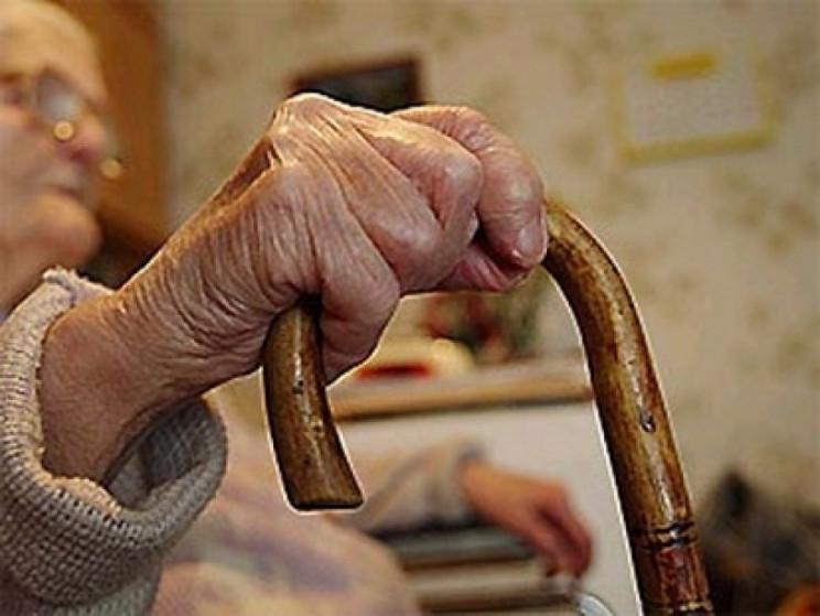 Користуючись безпомічністю 94-літньої од…