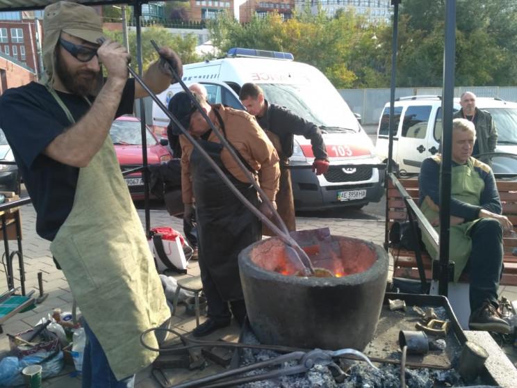 На набережній Дніпра десятки ковалів кую…