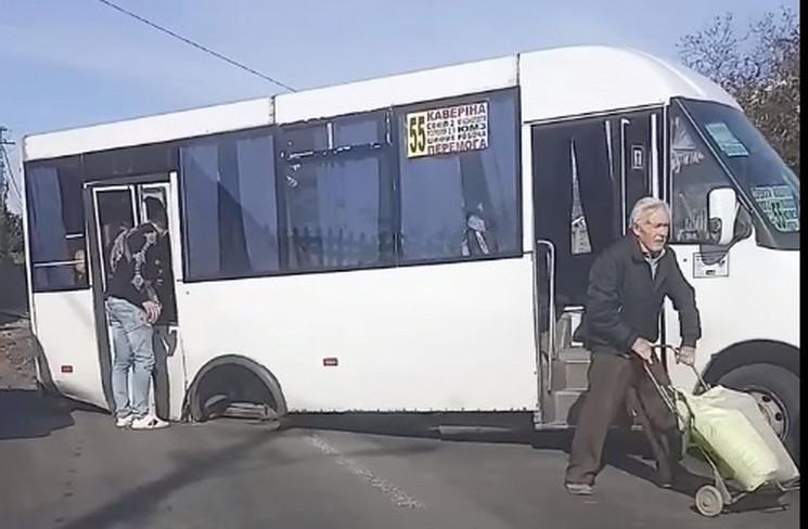 У маршрутки у Дніпрі під час руху відпал…