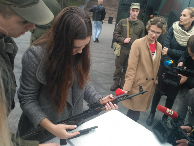 На центральній площі Дніпра дівчата з на…