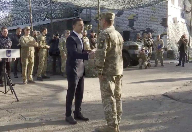 Зеленський на Донбасі привітав військови…