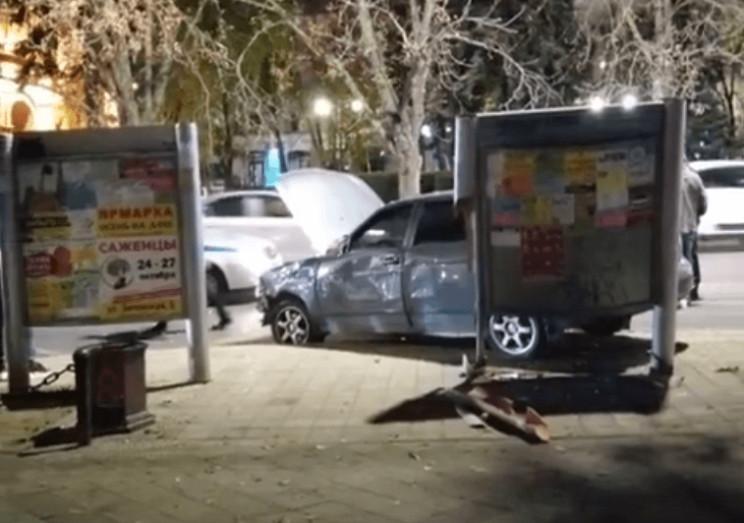 У Краснодарі автомобіль в'їхав у зупинку…