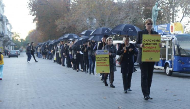 В Одессе состоялось шествие с черными зо…