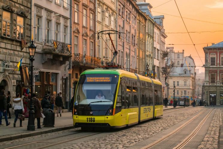 У Львові трамваї змусили людей ходити пі…