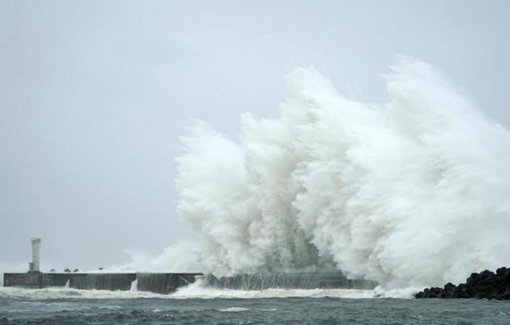 На Японию надвигаются еще два тайфуна…