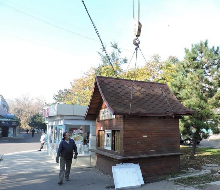 У Миколаєві прибрали незаконно встановле…
