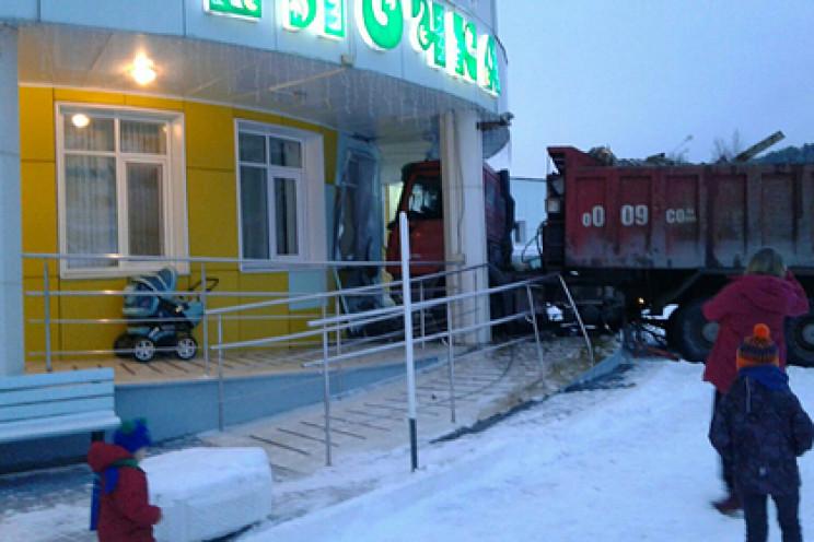 Вантажівка протаранила будівлю дитячого…