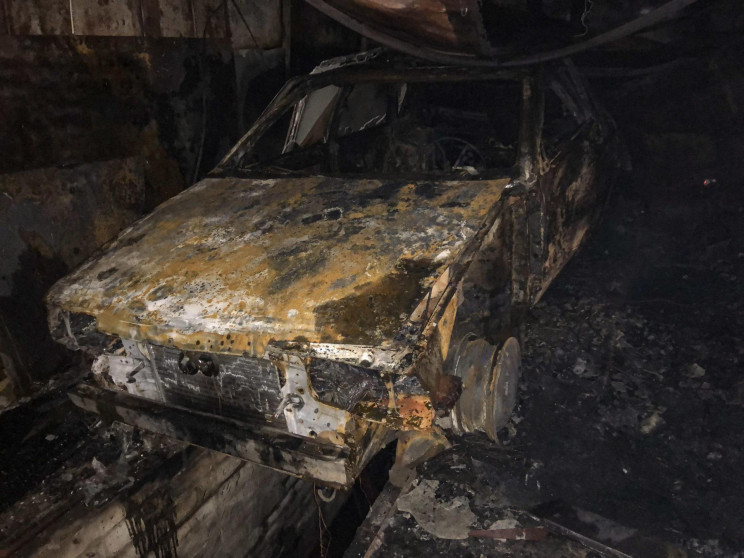 У Бердянську в гаражі вщент згорів автом…